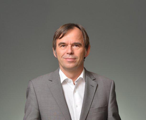 Hermann-Josef Tenhagen ist Wirtschaftsjournalist und ist seit 2014 Chefredakteur des gemeinnützigen Verbraucher-Ratgebers Finanztip. Zuvor war er 15 Jahre lang Chefredakteur der Zeitschrift Finanztest, eines Monatsmagazins der Stiftung Warentest.