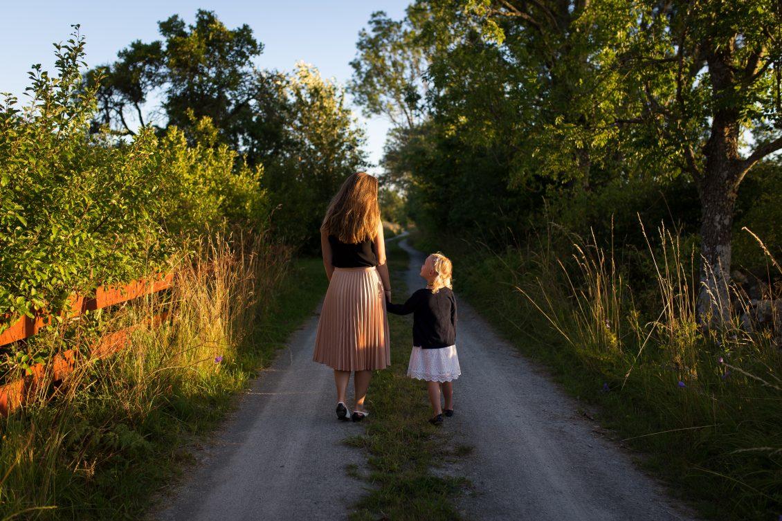 Mutter und Tochter Hand in Hand